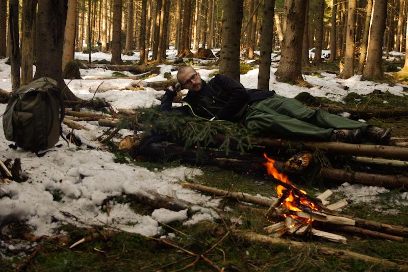 bushcraft survival outdoor schronienie szałas łóżko-10